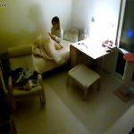 【民家盗撮動画】ローター的な物を使ってベッドでオナニーをする女性