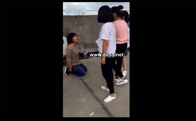 【中国イジメ動画】学校の屋上でボコられる女の子