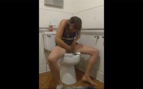 【トイレ盗撮動画】マンコを拭いて拭いた紙のニオイを嗅ぐ女の子