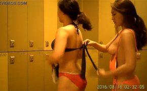 【韓国プール更衣室盗撮】友達同士でやってきた若い2人組の着替えの様子