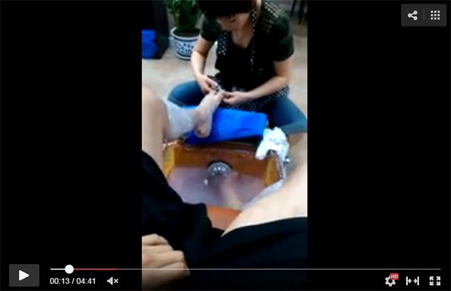 【露出狂】ネイルサロンで足のツメを手入れして貰ってる最中にチンコを出しネイリストの反応を隠し撮り