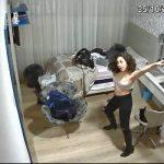 【民家盗撮動画】江頭2:50みたいな格好で一人ではっちゃけて踊る若い女の子