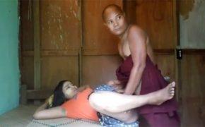 【素人セックス盗撮動画】タイのお坊さん、周囲を気にしつつ半屋外みたいな場所で若い女の子とセックス