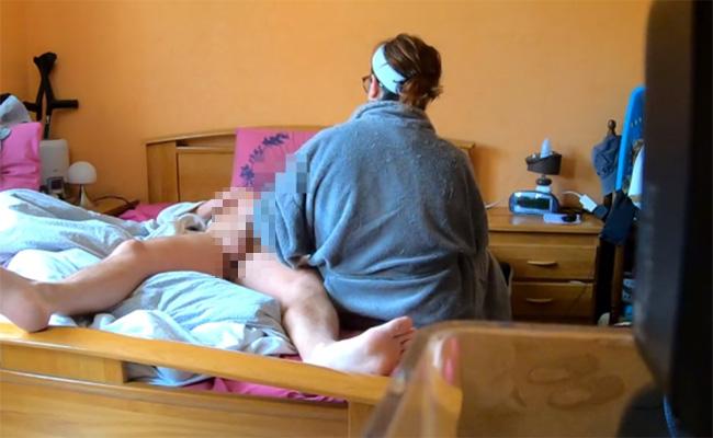 【民家盗撮動画】ヘアバンド&部屋着姿の熟女が淡々と手コキで旦那らしき男性の性処理をする様子