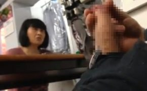【街中性器露出動画】コインランドリーのような場所で女性の前でチンコをしごく不審者