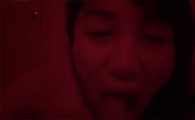 【マッサージ店動画】赤い光の中でチンコを咥える地味な風貌の女性