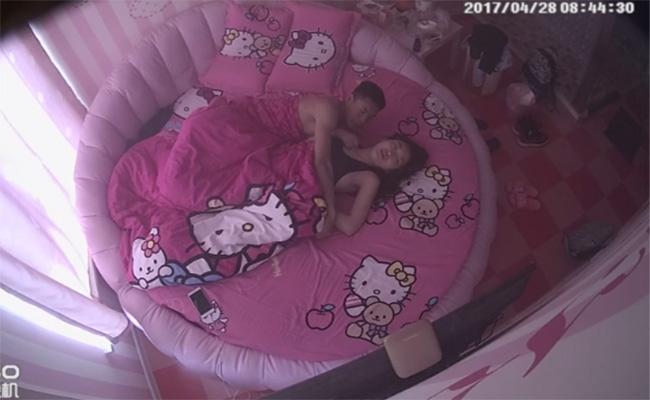【ラブホテル盗撮動画】キティーちゃんでベッド周りが統一された部屋でくつろぐカップル