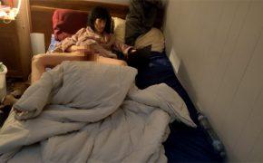 【オナニー盗撮動画】ノートパソコンで何かを見ながら股間をいじくる女性