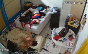 【民家盗撮動画】部屋が汚くてベッドに寝られないからと床に別途マットを敷いて寝る女の子