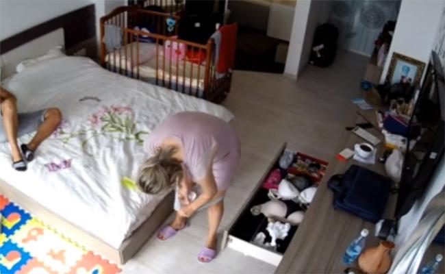 【民家盗撮動画】旦那の目の前でパンツのナプキンを取り替える妻