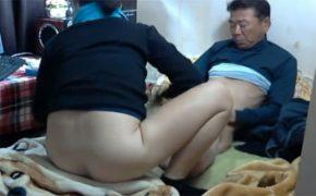 【韓国裏風俗盗撮動画】例のあのちょんの間で以前も登場したベージュコートのオバちゃんと服を着たままセックス