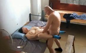 【風俗?盗撮動画】ぽっちゃり熟女とスキンヘッドのおじいちゃんの性行為