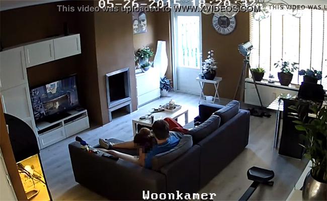 【民家盗撮動画】リビングにて(チンコ丸出しで)ゲームをしていた彼氏、彼女に唐突にフェラチオして貰う