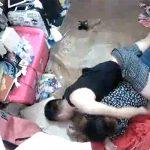 【民家盗撮動画】散らかった部屋でセックスしてるカップル