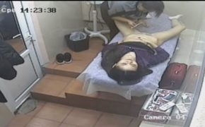 【ブラジリアンワックス盗撮動画】下半身丸出しで陰毛処理をして貰う若い女性客