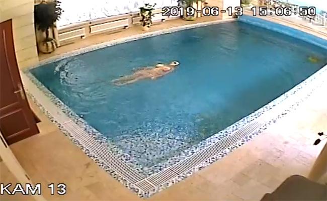 【セレブ邸宅盗撮動画】自宅のプールだからと全裸で泳ぐ巨乳の熟女
