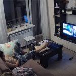 【民家盗撮動画】TV番組を見ながら思わず股間に手を伸ばす人妻