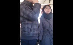 【リアル痴女盗撮動画】電車内でさりげなく男性の股間に手を伸ばす熟女