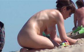 【ヌーディストビーチ盗撮動画】主に熟女のお尻に注目した内容の動画