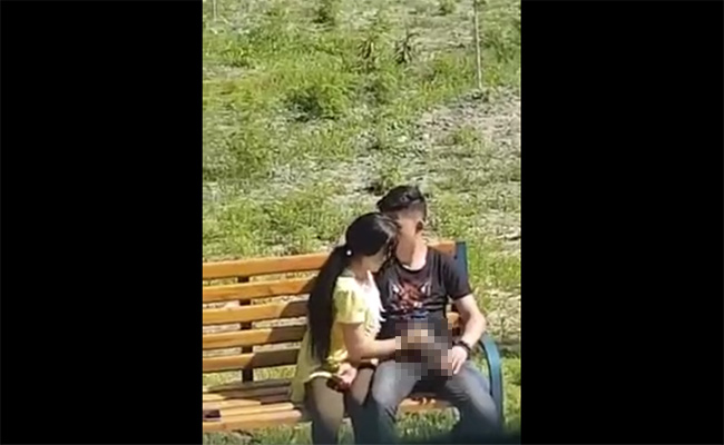 【海外カップル盗撮動画】真昼間の公園で彼死に手コキする彼女