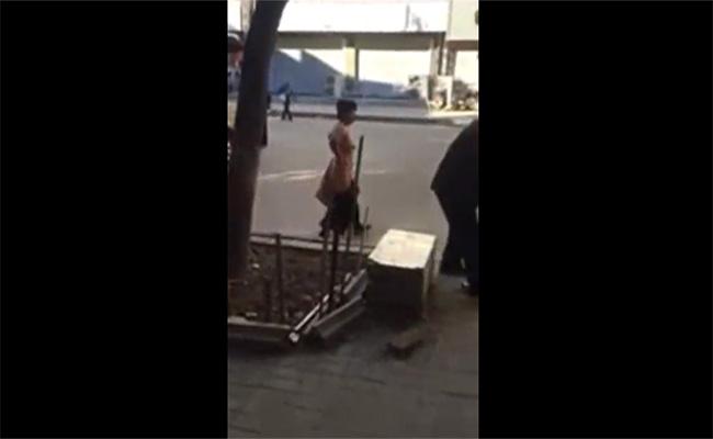 【中国盗撮動画】真昼間の路上を全裸であるく頭のおかしい女性