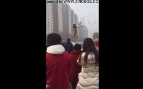 【中国盗撮動画】真昼間に全裸になり車の上で飛び跳ねる若い女性