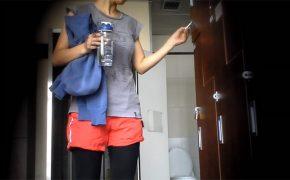 【韓国スポーツジム盗撮動画】身体を引き締めたいのであろう熟女の脱衣風景