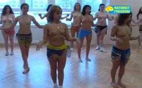 【ヌーディスト動画】ベリーダンスを習うトップレスないしは全裸の女性達