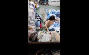 【民家盗撮動画】散らかった部屋で全裸で着替えを選ぶ若い女の子