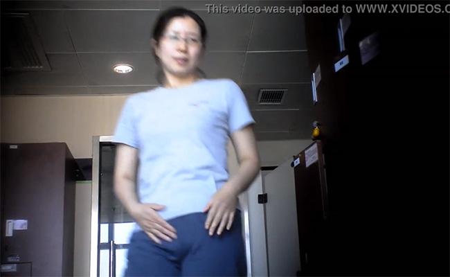 【海外銭湯盗撮動画】キヨスクでバイトしてそうなメガネおばちゃんの脱衣風景