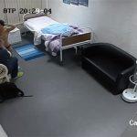 【病院監視カメラ流出動画】なんかの診察をトップレスで受ける女性