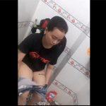 【民家トイレ盗撮動画】メッセージ性の強いTシャツを着た女の子の排泄風景