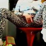 【自撮りオナニー動画】大阪のおばちゃんみたいな格好の女性、服の上からマンズリする