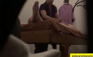【タイマッサージ盗撮動画】男性客の責めにノせられてチンポ挿入させてしまう熟女