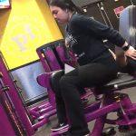 【スポーツジム盗撮動画】汗を流す女性の横で汁を流す露出狂の男性