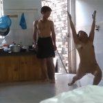 【民家盗撮動画】全裸でランバダを踊るタイ熟女・・・と、それを座って眺める彼氏もしくは旦那