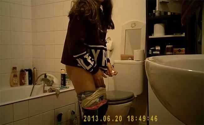 【民家トイレ盗撮動画】自宅のトイレでおもむろにオナニーを始める女の子