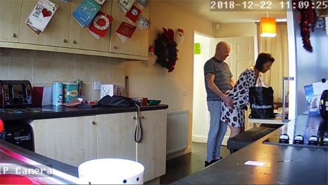 【民家監視カメラハッキング動画】料理をする妻に発情した夫、キッチンではじめてしまう