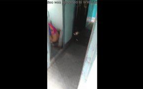 【電車内トイレ盗撮動画】電車のトイレでドア開けっ放しでションベンしてたおばちゃん
