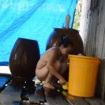 【例の熟女】全裸でランバダを踊っていたあの熟女、水浴びをして身を清める