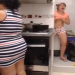 【マジキチ動画】Youtuberふわちゃん似の女の子、母親が料理している真横でオナニーする