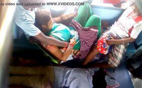 【インドの電車盗撮動画】車内でイチャつくカップル・・・それよりも気になる物は