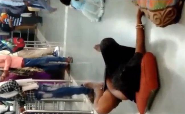 【キチ○イ盗撮動画】空港でヒマだからとマンコをいじくる熟女