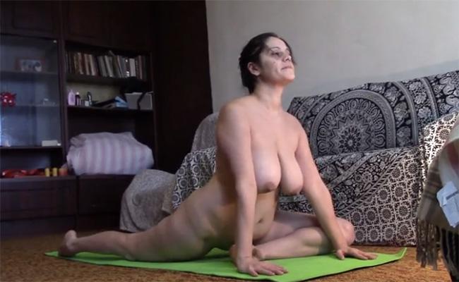 【全裸ヨガ】弛んだ体型の熟女がヨガに励む様子がなんだかとても良い