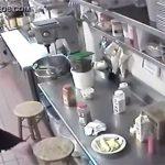 【キチ○イ盗撮動画】マンコに突っ込んだソーセージを客に提供するウェイトレス