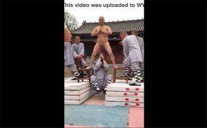 【ビックリ動画】チンポブランコに挑戦する僧侶達