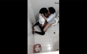 【トイレ盗撮動画】個室内で激しく絡むガチレズビアンのカップル