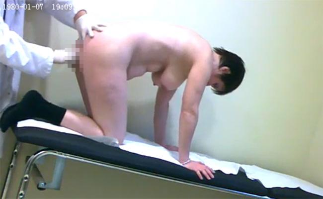 【肛門科盗撮動画】短髪ショートカットぽっちゃり熟女が医師に肛門をほじられる様子