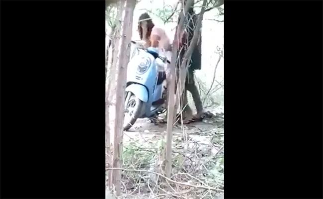 【カップル青姦盗撮動画】林の中に止めたスクーターに手をついてパコってるカップル