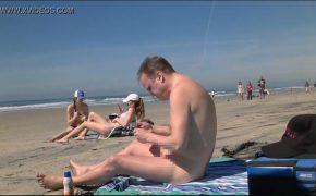 【ヌーディストビーチ盗撮動画】余りにもチンコが小さすぎて若い女の子に笑われ盗撮される男性